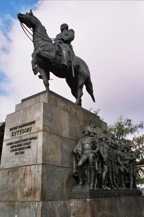 Памятник войне 2018 года в москве цены на памятники новокузнецк двери